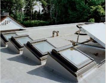 Покривни прозорци за плосък покрив с постамент - външен изглед